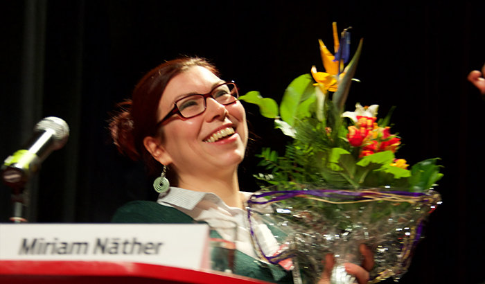 Blumen für 25 Jahre Cuba Sí an Miriam Näther. Foto: Gabriele Senft
