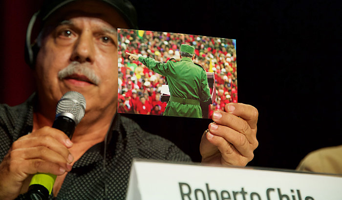 Roberto Chile zeigt eines seiner Bilder von Fidel Castro. Foto: Gabriele Senft