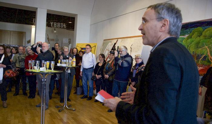 Dietmar Koschmieder eröffnet die Kunstausstellung. Foto: Gabriele Senft